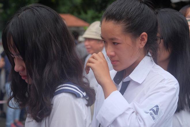 Hàng nghìn học sinh Lương Thế Vinh đứng hai bên đường tiễn đưa đoàn xe chở linh cữu thầy Văn Như Cương về nơi an nghỉ cuối cùng - Ảnh 12.