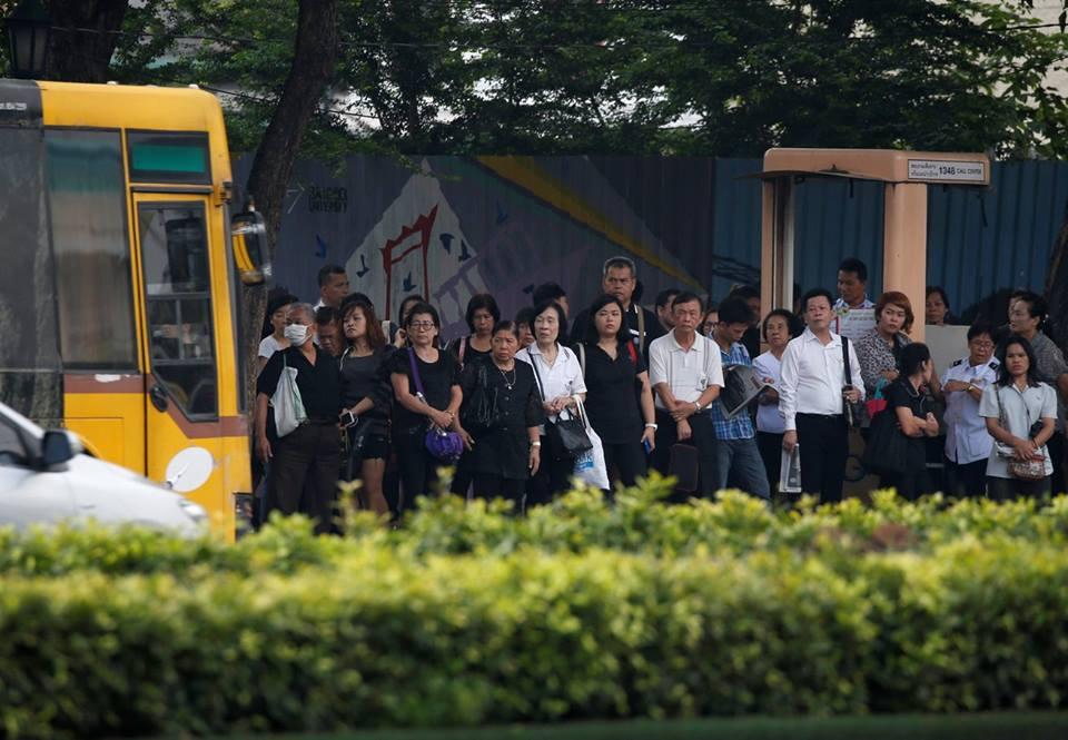 Một năm ngày mất Quốc vương Bhumibol Adulyadej: Những hình ảnh nỗi đau mất mát mà người dân Thái Lan không bao giờ quên - Ảnh 14.