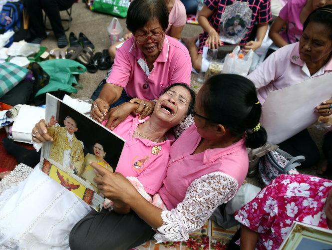Một năm ngày mất Quốc vương Bhumibol Adulyadej: Những hình ảnh nỗi đau mất mát mà người dân Thái Lan không bao giờ quên - Ảnh 1.