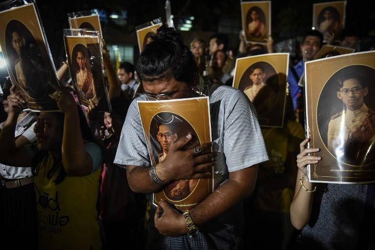 Một năm ngày mất Quốc vương Bhumibol Adulyadej: Những hình ảnh nỗi đau mất mát mà người dân Thái Lan không bao giờ quên - Ảnh 2.