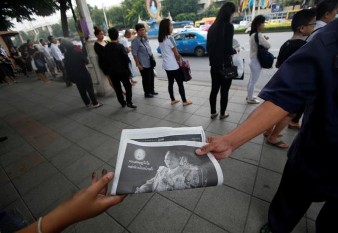 Một năm ngày mất Quốc vương Bhumibol Adulyadej: Những hình ảnh nỗi đau mất mát mà người dân Thái Lan không bao giờ quên - Ảnh 23.