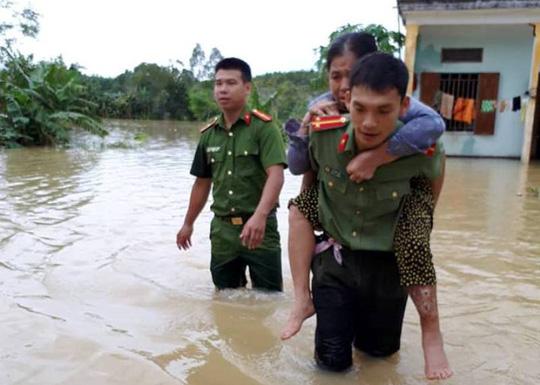 Công an, bộ đội dầm mình trong nước ăn vội, giúp dân chống lũ dữ - Ảnh 4.