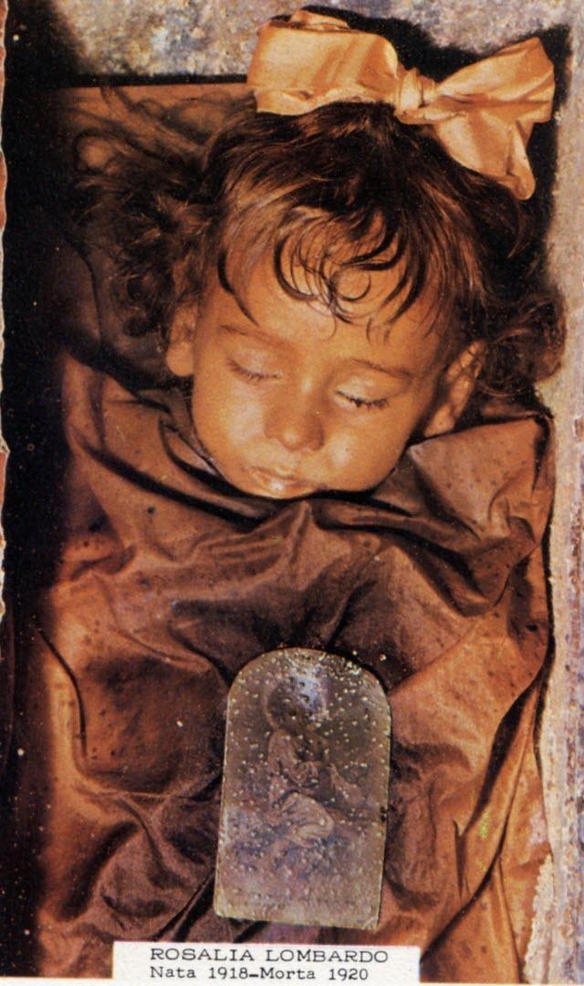 Bí ẩn xác ướp bé gái xinh xắn, trăm năm tuổi vẫn còn chớp mắt như đang ngủ - Ảnh 4.