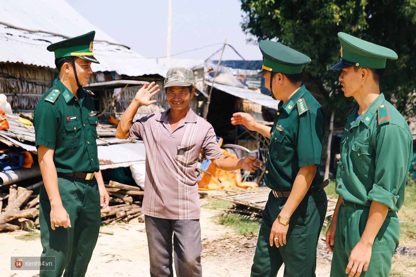 Những thầy giáo quân hàm xanh ở Vành đai biên giới Việt - Cam: Ngày tuần tra, đêm gieo chữ cho bọn trẻ không quốc tịch - Ảnh 7.