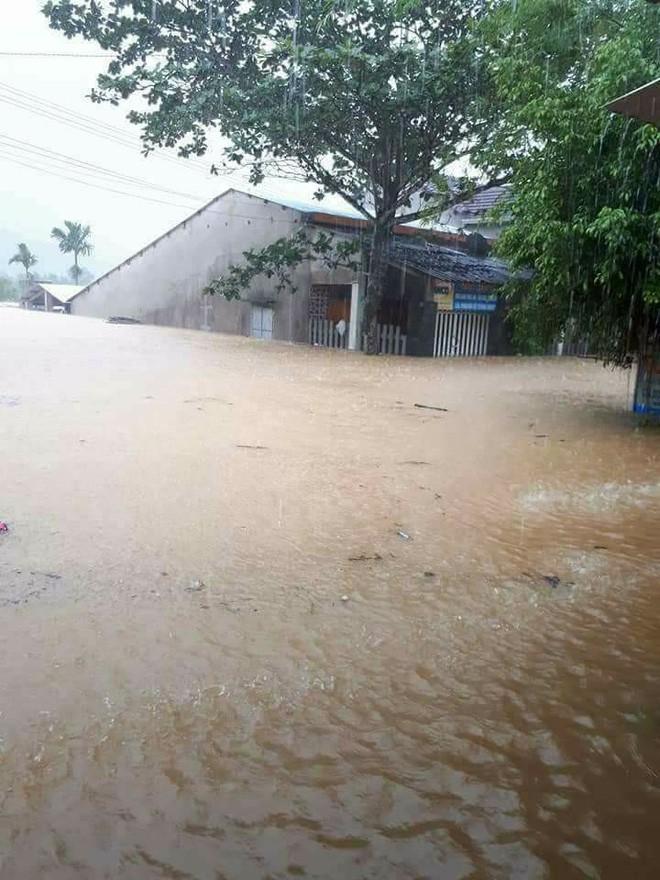 Bi hài ngày mưa lũ: Đang ăn cơm thì nước tràn ngập mâm, một nhà có điện cả làng được nhờ sạc điện thoại - Ảnh 4.