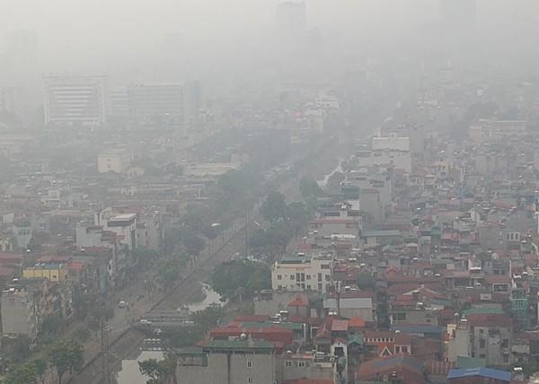 Sương mù dày đặc bao trùm toàn bộ TP Hà Nội, các phương tiện phải bật đèn chiếu sáng tránh va chạm - Ảnh 4.