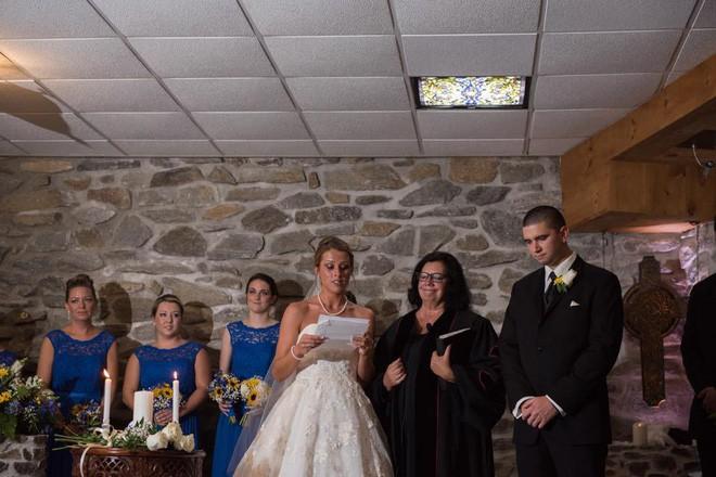 Vợ cũ cùng con riêng của chồng đến dự hôn lễ, cô dâu lên tiếng phát biểu khiến ai cũng khóc rất nhiều - Ảnh 4.