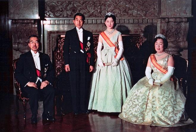 Nhà vua và Hoàng hậu Nhật Bản, mối tình hoàng tộc - thường dân, 60 năm đến đầu bạc và vẫn muốn yêu mãi mãi - Ảnh 4.