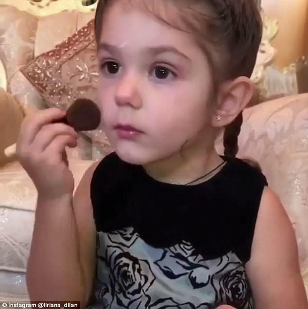 Clip: Bé gái 3 tuổi biết trang điểm thuần thục đang gặp phải làn sóng phản đối dữ dội - Ảnh 4.