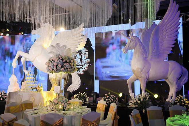 10 đám cưới Việt trong năm 2017 không phải của sao showbiz nhưng cực kỳ xa hoa khiến MXH nô nức chỉ dám nhìn không dám ước - Ảnh 32.
