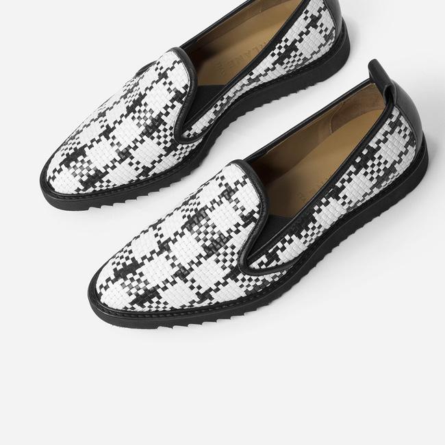 Đôi loafer da của Gigi Hadid có gì đặc biệt mà tới 10.000 người đặt gạch chờ mua? - Ảnh 5.