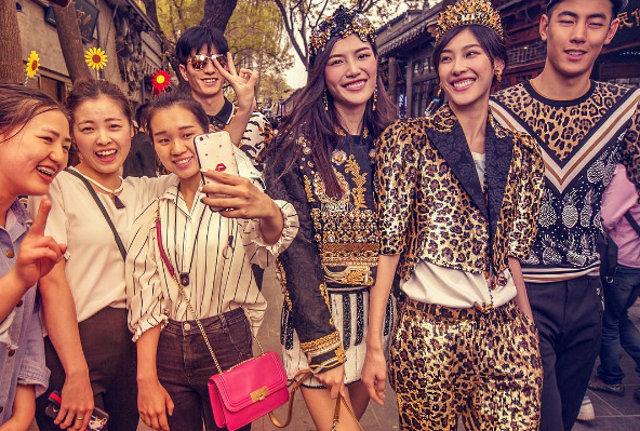 Dolce & Gabbana bị cư dân Trung Quốc chỉ trích vì bôi xấu hình ảnh quốc gia trong loạt hình mới nhất - Ảnh 5.