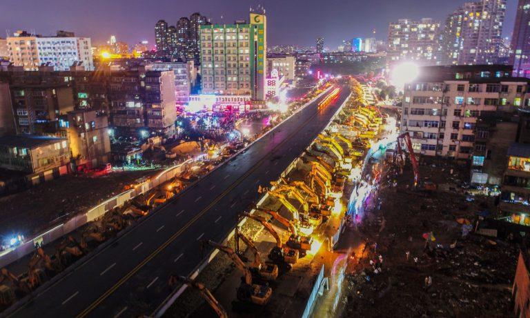 Chỉ sau một đêm, hơn 200 chiếc máy xúc xếp hàng dài đánh sập một cây cầu vượt tại Trung Quốc - Ảnh 5.
