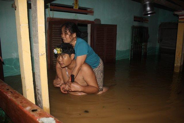 Nước ngập lút nóc nhà, trắng đêm di dời dân - Ảnh 5.
