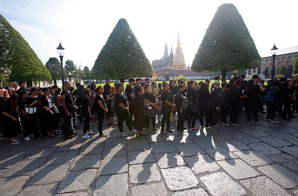 Một năm ngày mất Quốc vương Bhumibol Adulyadej: Những hình ảnh nỗi đau mất mát mà người dân Thái Lan không bao giờ quên - Ảnh 15.