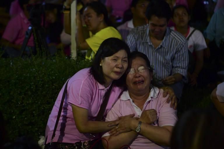 Một năm ngày mất Quốc vương Bhumibol Adulyadej: Những hình ảnh nỗi đau mất mát mà người dân Thái Lan không bao giờ quên - Ảnh 3.