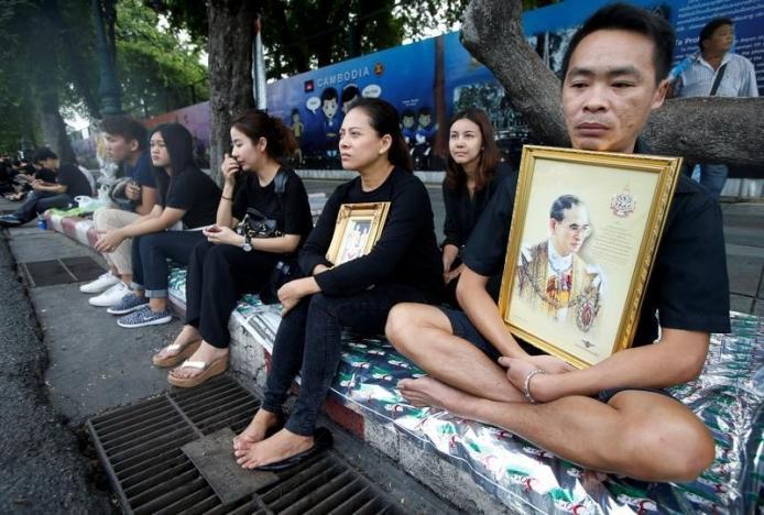 Một năm ngày mất Quốc vương Bhumibol Adulyadej: Những hình ảnh nỗi đau mất mát mà người dân Thái Lan không bao giờ quên - Ảnh 24.