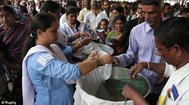 Nuốt cá sống - cách chữa bệnh suyễn bí truyền đáng sợ và phản khoa học nhưng vẫn được người dân Ấn Độ tôn sùng - Ảnh 5.