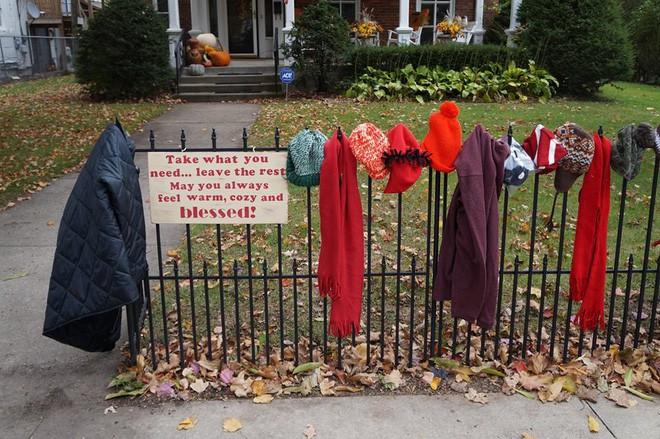 Ai cũng tò mò khi thấy quần áo giăng trên hàng rào, đến khi đọc dòng chữ này, mọi người đều mỉm cười ấm áp - Ảnh 5.