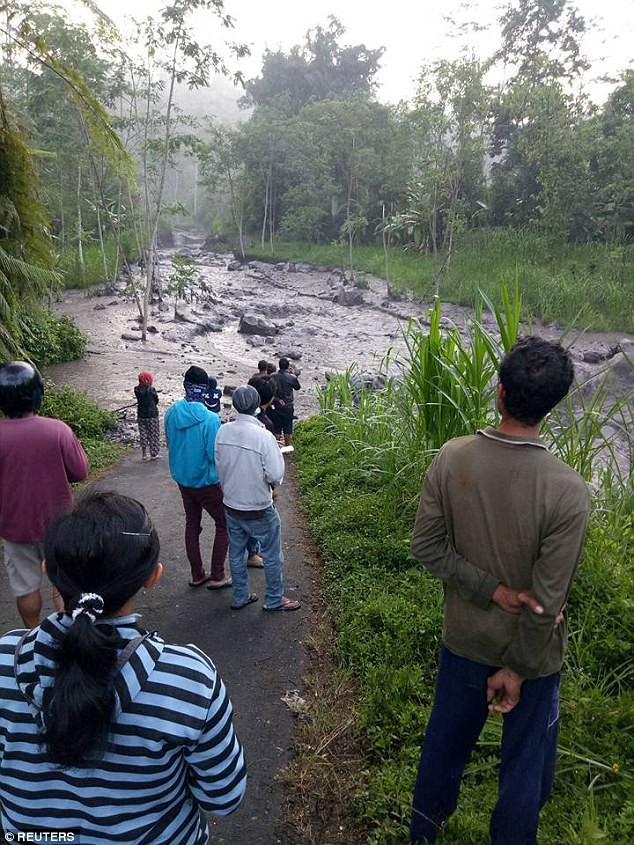 Xuất hiện dòng sông đen ngòm sau khi núi lửa ở Bali nhả cột khói cao 4000m - Ảnh 5.