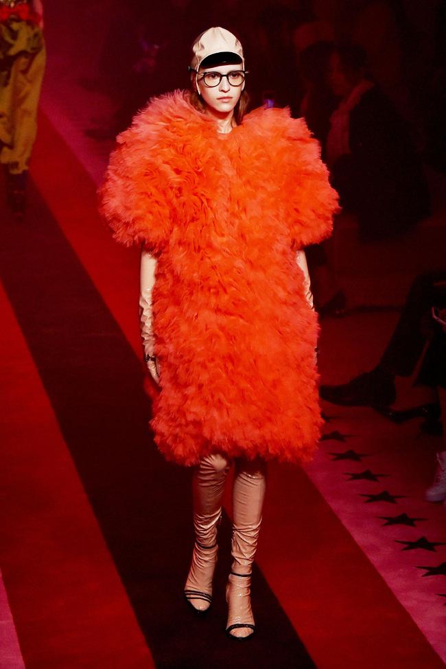 Đến Gucci cũng nhập cuộc xu hướng giày dép độc với đôi sandals kèm tất nhựa khiến dân tình hốt hoảng - Ảnh 6.