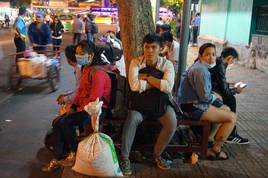 Bến xe Sài Gòn kẹt cứng lúc 2h sáng, khách vật vờ tìm đường về - Ảnh 6.