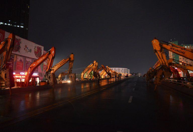 Chỉ sau một đêm, hơn 200 chiếc máy xúc xếp hàng dài đánh sập một cây cầu vượt tại Trung Quốc - Ảnh 6.