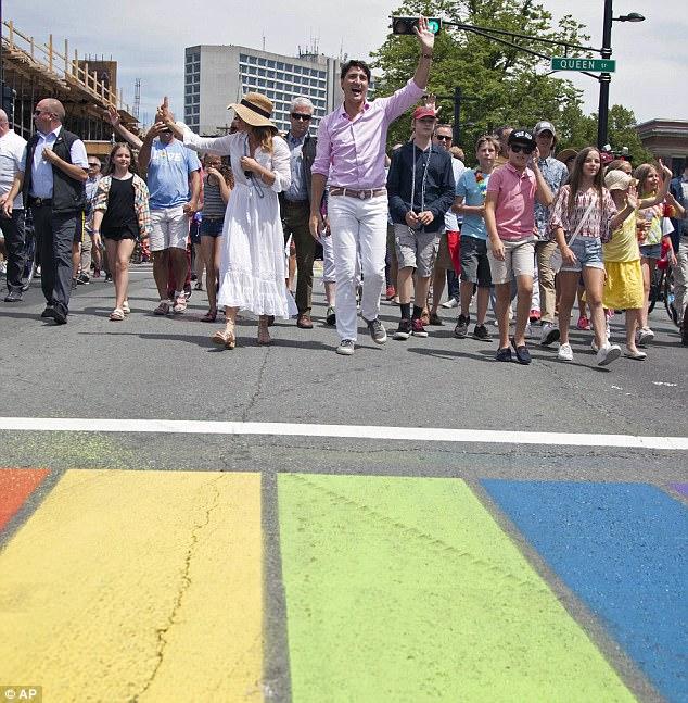 Thủ tướng Canada xuất hiện rạng rỡ cùng những người chuyển giới trong buổi tuần hành tự hào LGBT - Ảnh 3.
