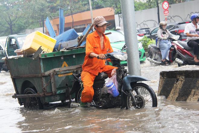 Mưa từ sáng sớm, người Sài Gòn bì bõm lội nước, chen chúc nhau đi làm - Ảnh 6.