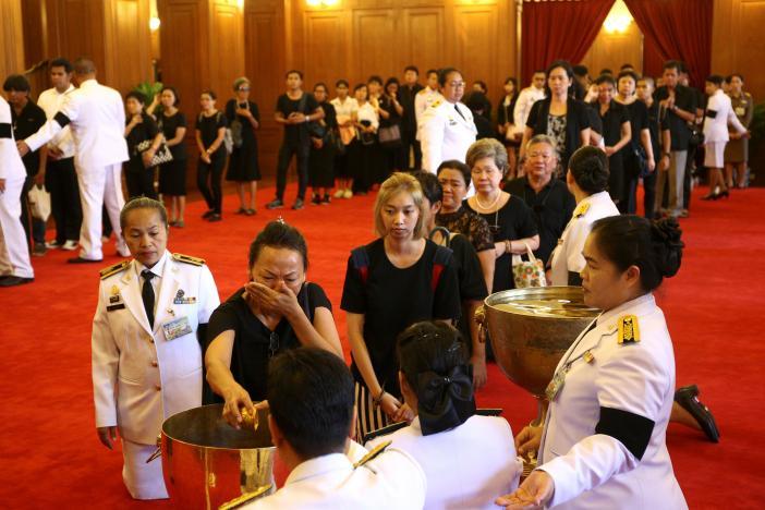 Một năm ngày mất Quốc vương Bhumibol Adulyadej: Những hình ảnh nỗi đau mất mát mà người dân Thái Lan không bao giờ quên - Ảnh 16.