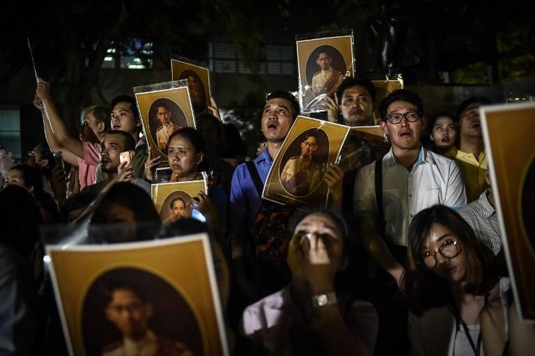Một năm ngày mất Quốc vương Bhumibol Adulyadej: Những hình ảnh nỗi đau mất mát mà người dân Thái Lan không bao giờ quên - Ảnh 4.