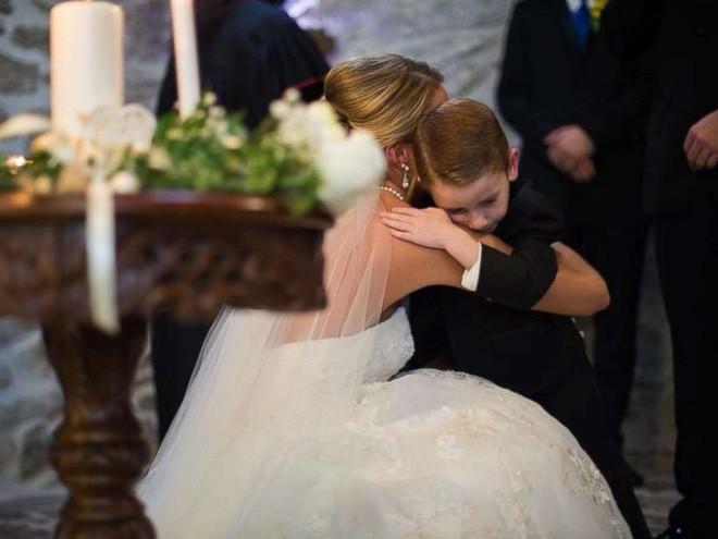 Vợ cũ cùng con riêng của chồng đến dự hôn lễ, cô dâu lên tiếng phát biểu khiến ai cũng khóc rất nhiều - Ảnh 6.