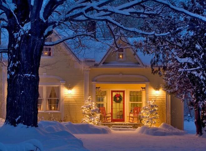 Những ngôi nhà trang hoàng lộng lẫy đón Noel đẹp đến mê mẩn giữa tuyết trắng - Ảnh 6.