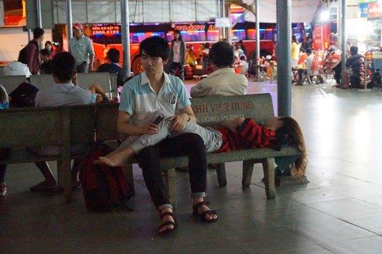 Bến xe Sài Gòn kẹt cứng lúc 2h sáng, khách vật vờ tìm đường về - Ảnh 7.