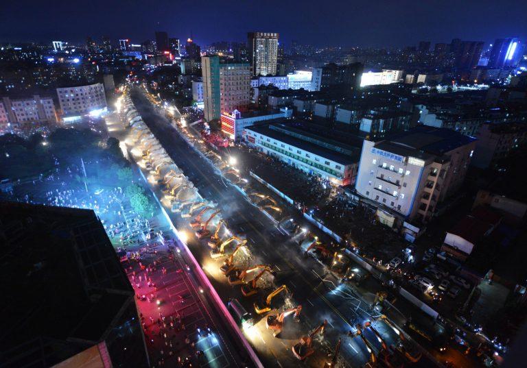 Chỉ sau một đêm, hơn 200 chiếc máy xúc xếp hàng dài đánh sập một cây cầu vượt tại Trung Quốc - Ảnh 7.
