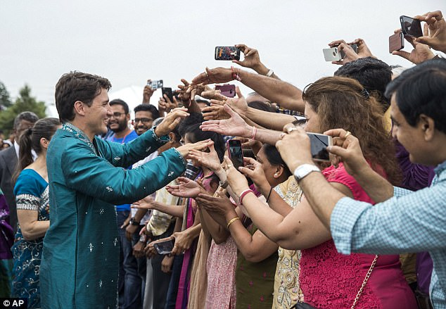 Thủ tướng Canada xuất hiện rạng rỡ cùng những người chuyển giới trong buổi tuần hành tự hào LGBT - Ảnh 5.
