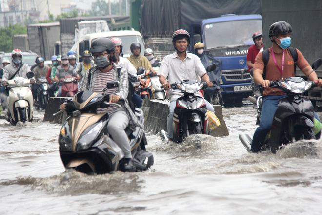 Mưa từ sáng sớm, người Sài Gòn bì bõm lội nước, chen chúc nhau đi làm - Ảnh 7.