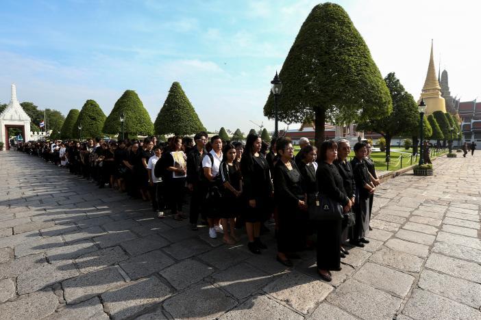 Một năm ngày mất Quốc vương Bhumibol Adulyadej: Những hình ảnh nỗi đau mất mát mà người dân Thái Lan không bao giờ quên - Ảnh 17.