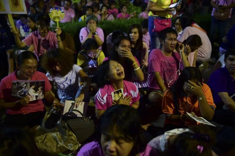Một năm ngày mất Quốc vương Bhumibol Adulyadej: Những hình ảnh nỗi đau mất mát mà người dân Thái Lan không bao giờ quên - Ảnh 5.