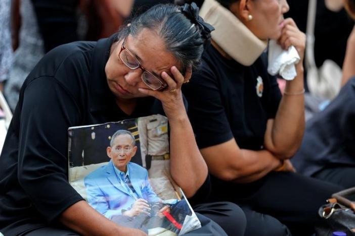 Một năm ngày mất Quốc vương Bhumibol Adulyadej: Những hình ảnh nỗi đau mất mát mà người dân Thái Lan không bao giờ quên - Ảnh 26.