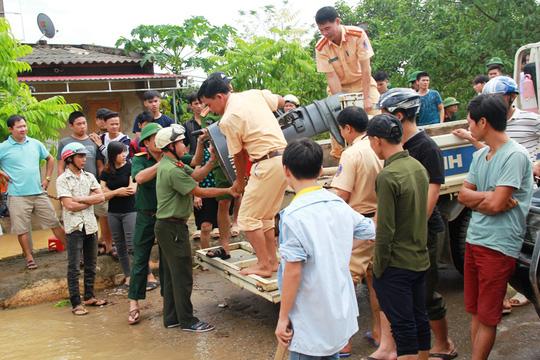 Công an, bộ đội dầm mình trong nước ăn vội, giúp dân chống lũ dữ - Ảnh 7.
