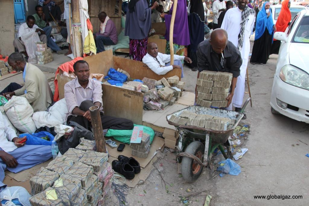 Quốc gia nghèo chẳng có gì ngoài tiền, đi chợ mua rau cũng phải mang cả bao tải, chất tiền thành đống - Ảnh 10.
