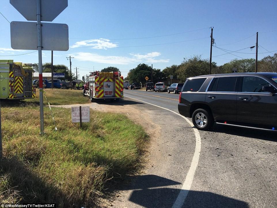 Khung cảnh thương tâm tại nhà thờ, nơi gần 60 người thương vong trong vụ xả súng đẫm máu tại bang Texas, Mỹ - Ảnh 8.