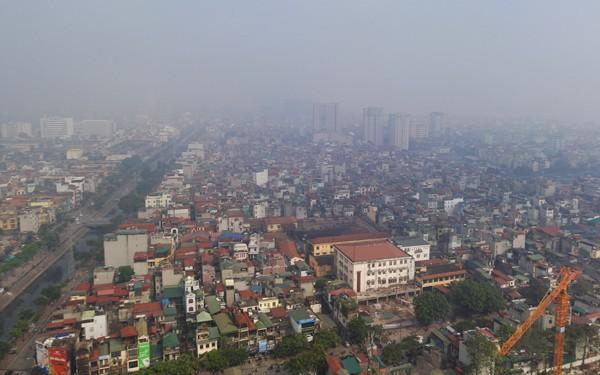 Sương mù dày đặc bao trùm toàn bộ TP Hà Nội, các phương tiện phải bật đèn chiếu sáng tránh va chạm - Ảnh 7.