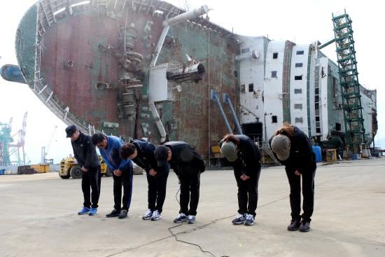 Sau 4 năm ròng rã, 5 gia đình nạn nhân cuối cùng trong vụ chìm phà Sewol đồng ý dừng công việc tìm kiếm - Ảnh 6.