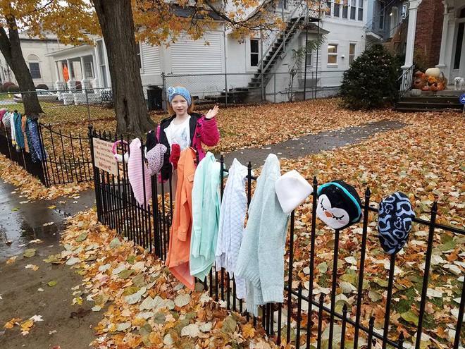 Ai cũng tò mò khi thấy quần áo giăng trên hàng rào, đến khi đọc dòng chữ này, mọi người đều mỉm cười ấm áp - Ảnh 7.