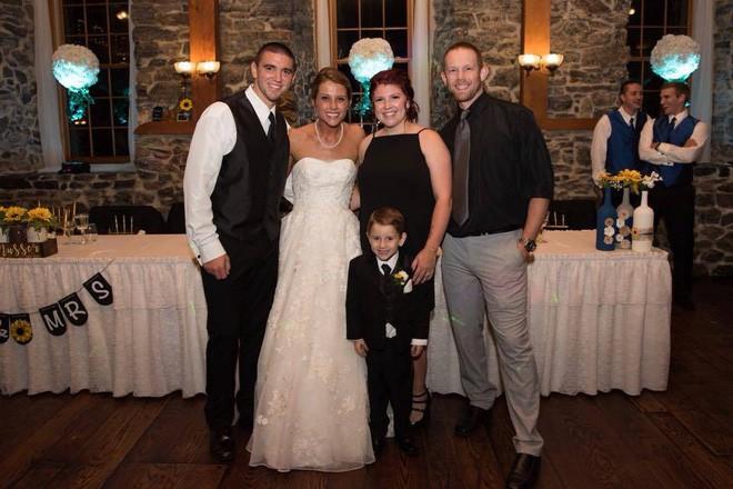 Vợ cũ cùng con riêng của chồng đến dự hôn lễ, cô dâu lên tiếng phát biểu khiến ai cũng khóc rất nhiều - Ảnh 7.