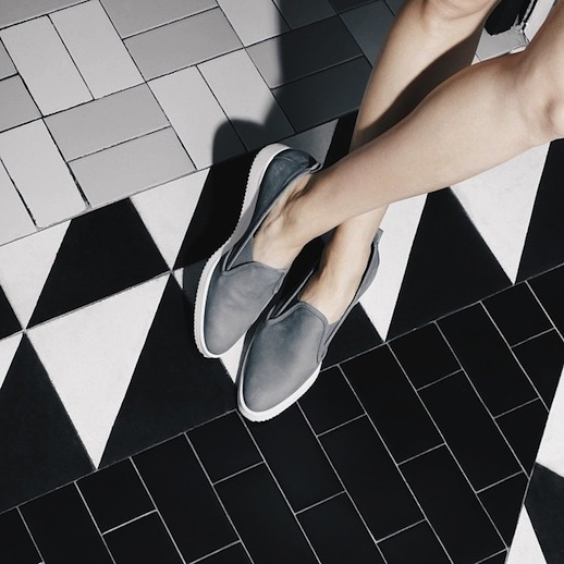 Đôi loafer da của Gigi Hadid có gì đặc biệt mà tới 10.000 người đặt gạch chờ mua? - Ảnh 8.