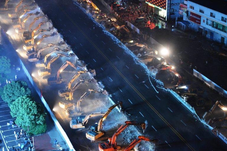 Chỉ sau một đêm, hơn 200 chiếc máy xúc xếp hàng dài đánh sập một cây cầu vượt tại Trung Quốc - Ảnh 8.