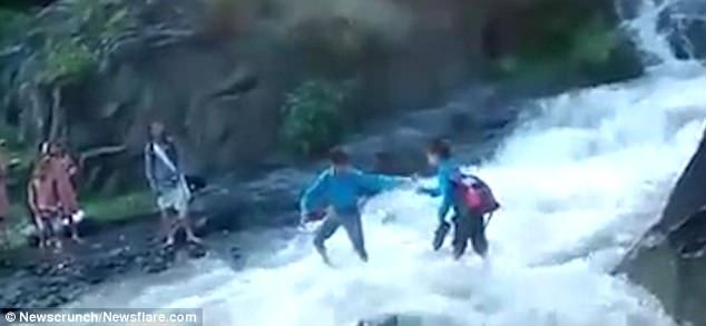 Giữa mùa lũ quét, các em học sinh vẫn liều mình vượt sông cuồn cuộn để không lỡ giờ học - Ảnh 2.
